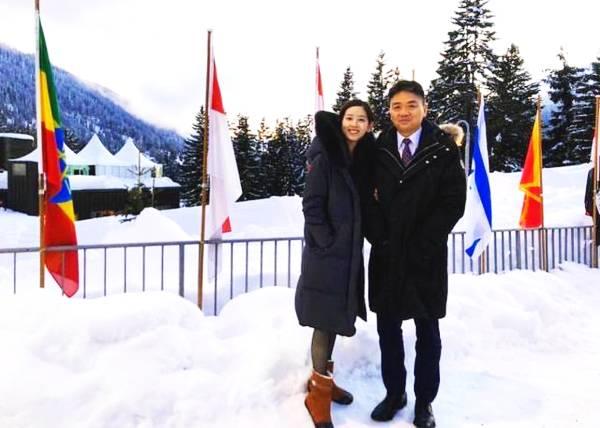 """章泽天挽刘强东甜蜜合影 两人穿着深色羽绒服被形容为""""旧时尚"""""""