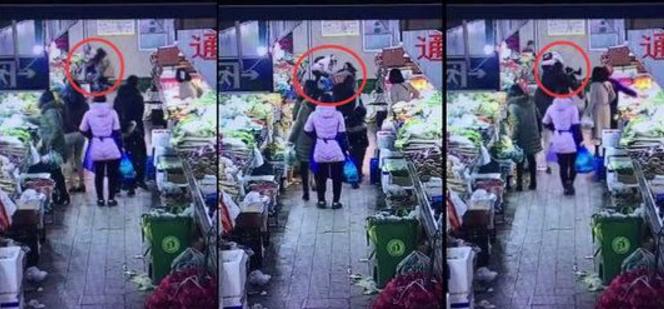 女孩陪母买菜遭打 陌生女子挥舞手臂打孩子