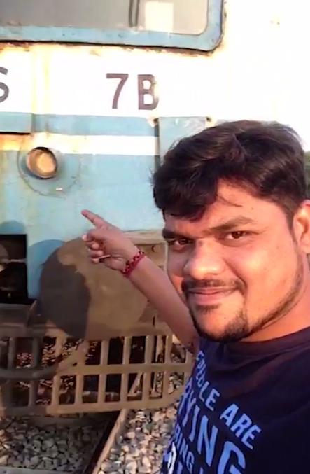 印度男子铁轨旁自拍被撞飞 竟然奇迹般地活了下来!