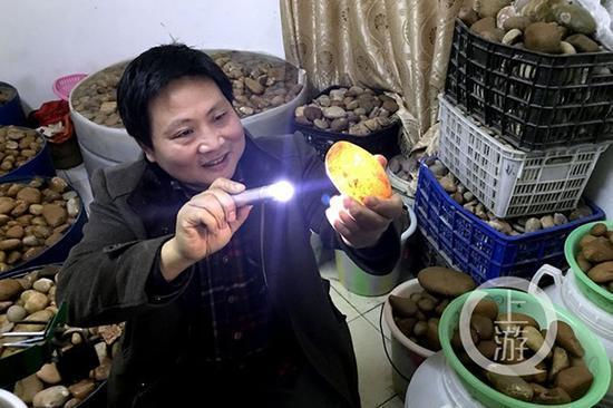 """重庆古镇发现大量玉石 每天上百人水中""""淘玉"""""""