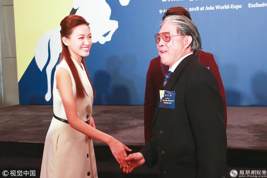 郭晶晶公公现身气场足 与港姐冠军黄玮琦亲密握手