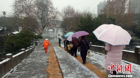 浙江积雪明显 多地城市裹挟在一片银白之中