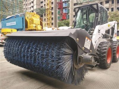 城管持扫雪神器扫雪 大大提高了工作效率