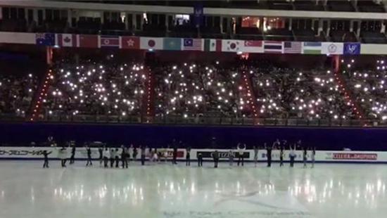 台北小巨蛋体育馆停电 观众手机照亮赛场