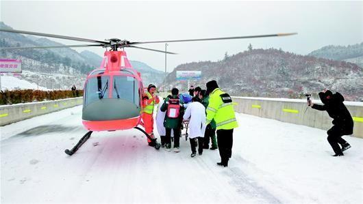 湖北首例雪中空中急救 私人直升机转运危重临产孕妇