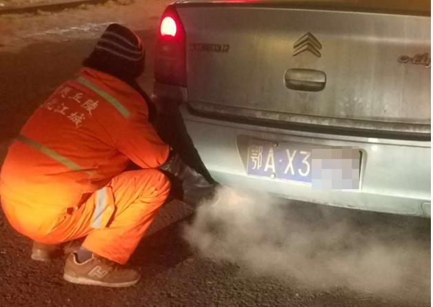 环卫工蹲排气管暖手 上车暖手又下车是什么原因?