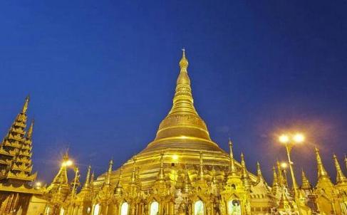 缅甸仰光大金塔:用72吨黄金做塔身 3000克拉钻石做塔顶