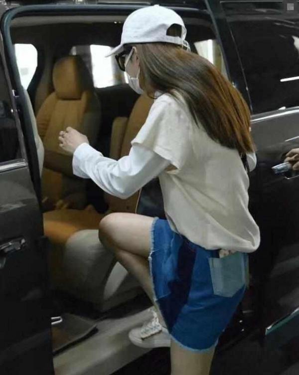 赵丽颖穿短裙上车 害怕走光腿抬的很低
