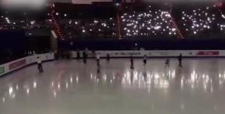 世锦赛体育馆断电 观众打开手机电筒功能照亮了赛场