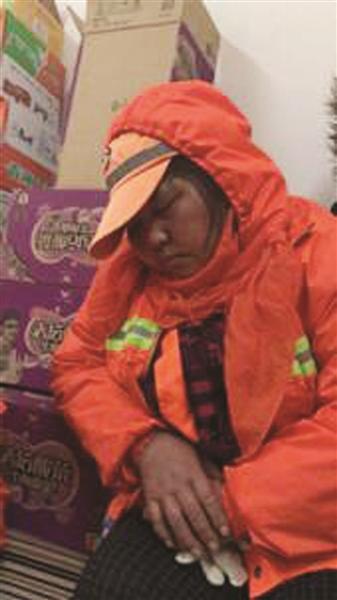 保洁员被赞最美睡姿 这张照片让许多人看完鼻子发酸