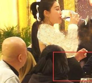 曹云金女友怀孕 圆挺的大肚子十分惹眼