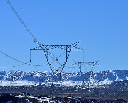 低温雨雪冰冻天气持续 电力企业迎战抢修