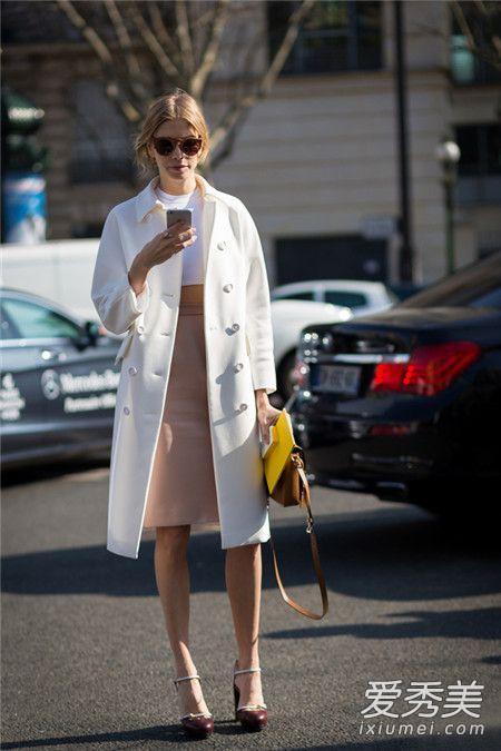 白色大衣搭配什么颜色围巾 一条黑色的围巾打造黑白灰的简约感