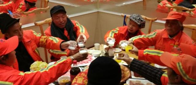 政府请环卫工吃火锅 感谢他们在冬天辛勤的付出