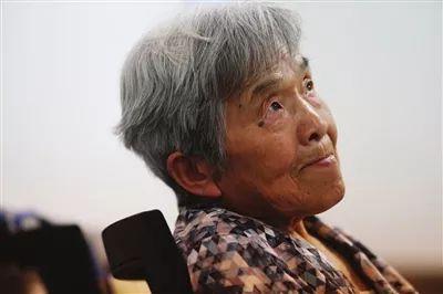 """81岁""""学霸奶奶""""本科毕业 会五门语言还会制作Excel表格"""