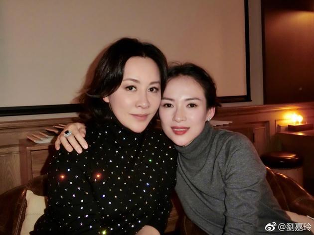 刘嘉玲晒与章子怡合影 女神们的皮肤会发光啊!