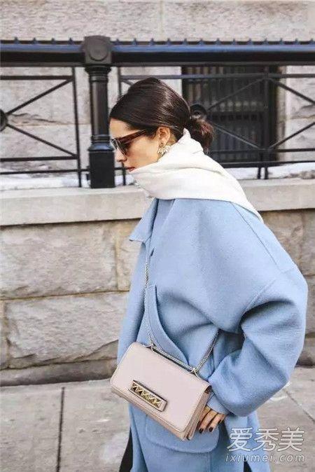 雾霾蓝大衣搭配什么颜色围巾 雾霾蓝搭同色系非常和谐