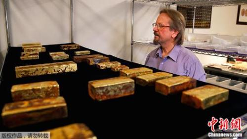 率领探勘小组在1988年找到中美洲号海底残骸的科学家艾凡斯,目前正忙着亲手清理每件准备产出的黄金。