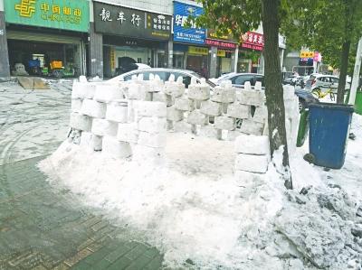 武汉街头冰雪城堡 吸引许多孩子和家长驻足玩耍