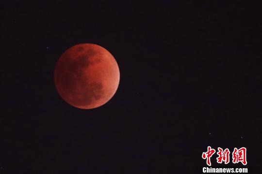 """超级""""蓝血""""月全食如约登临夜空 简直美哭了"""