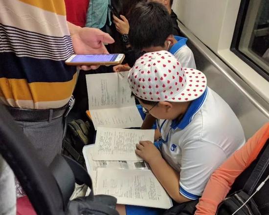 公交司机车上备桌凳 网友点赞的同时也发出质疑