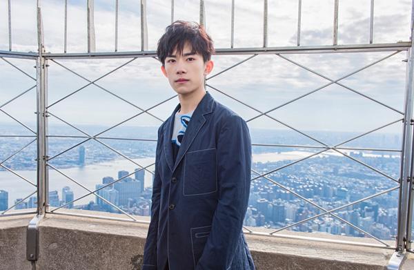易烊千玺获邀登顶纽约著名地标帝国大厦拍摄空中时尚大片