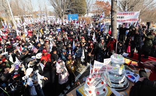 """朴槿惠狱中迎第67个生日 支持者们高喊""""释放无罪的朴总统"""""""