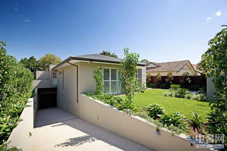 澳大利亚坎特伯雷自由优雅之家 在池面环绕四周的中可进行烧烤