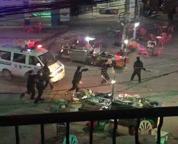 男子发狂持刀砍人 民警朝该男子开三枪制止
