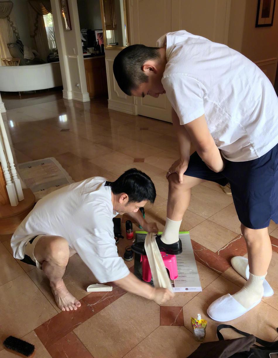 林依轮为儿子擦鞋 被网友笑赞是专业水平