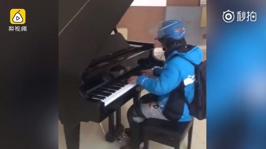 外卖小哥优雅弹钢琴 网友称生活磨灭了他的梦想