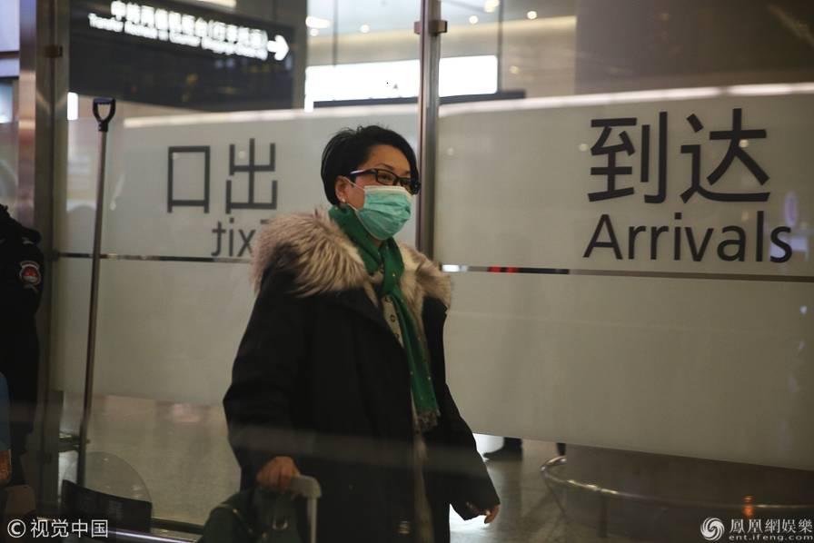 55岁毛阿敏低调现身机场 自推行李赶路无助理陪同无明星架子