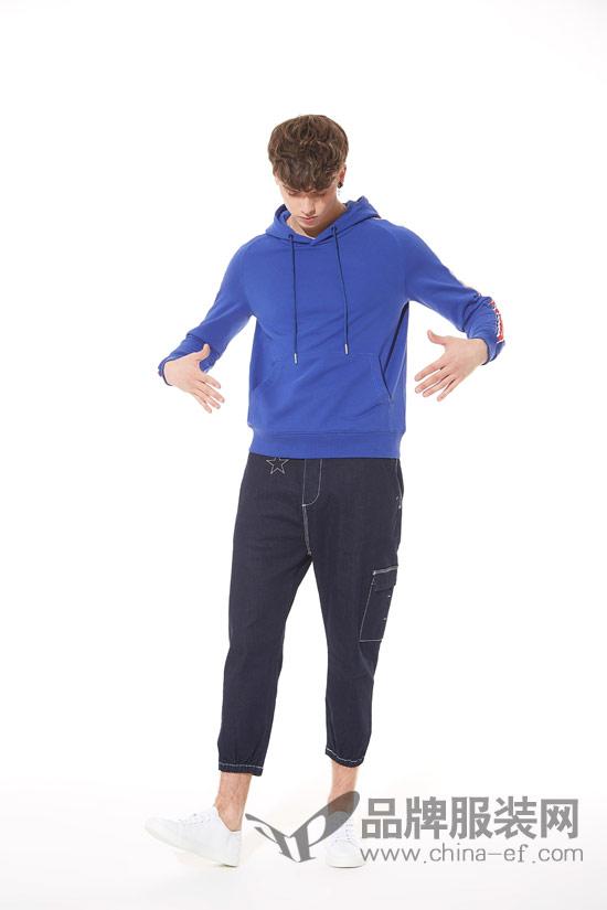 佐纳利品牌男装搭配技巧 黑色休闲裤+宝蓝色连帽短袖卫衣年轻有活力