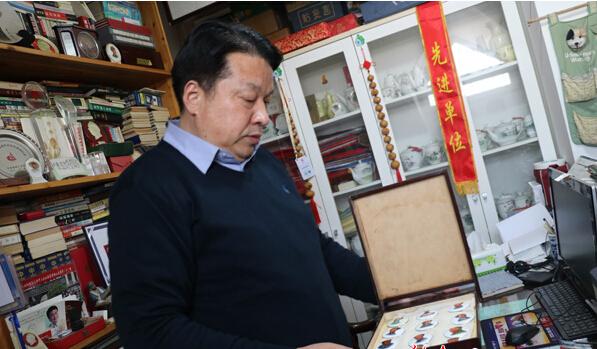 30年收藏毛主席像章数万枚 最大梦想是建一座红色博物馆