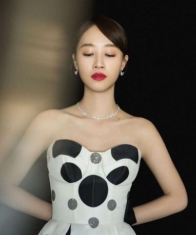 新晋小花蓝盈莹佩戴ARTĒ珠宝 现身2017中国时尚权力榜颁奖盛典