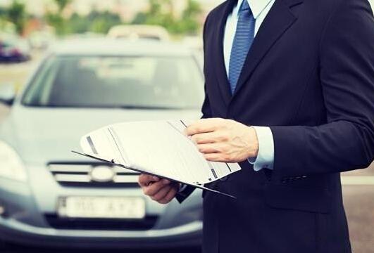 """提醒车主要留意每年车险到期的日期,否则车辆在保险过期时出险,那车辆就没有了保障。建议车主最好提前5-10天续保,以免造成脱保后发生交通事故而无法得到赔付的情况。另外,""""脱保""""超过一定期限后再续保可能会面临费率上浮,这也是不划算的。充分了解车险理赔的程序出险以后的程序主要为(假设为你负全责时):报险-定损-修车-理赔"""