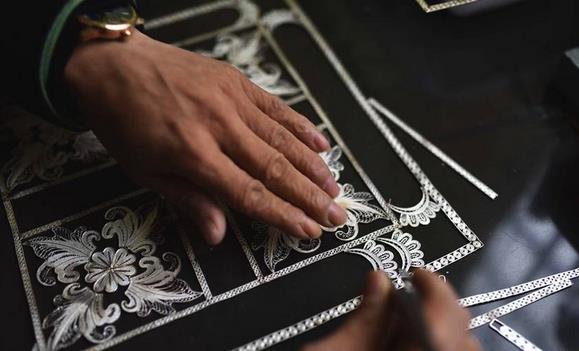 苗族银饰锻制技艺精湛 列入国家级非物质文化遗产名录