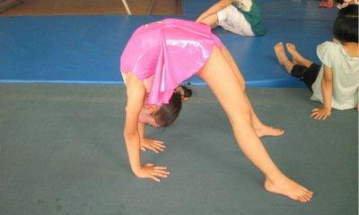 6岁女童练下腰致终身瘫痪 受伤后老师处置不当