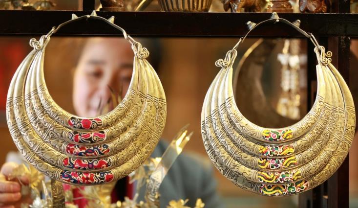 手工艺人银饰品创意银饰带动群众致富增收