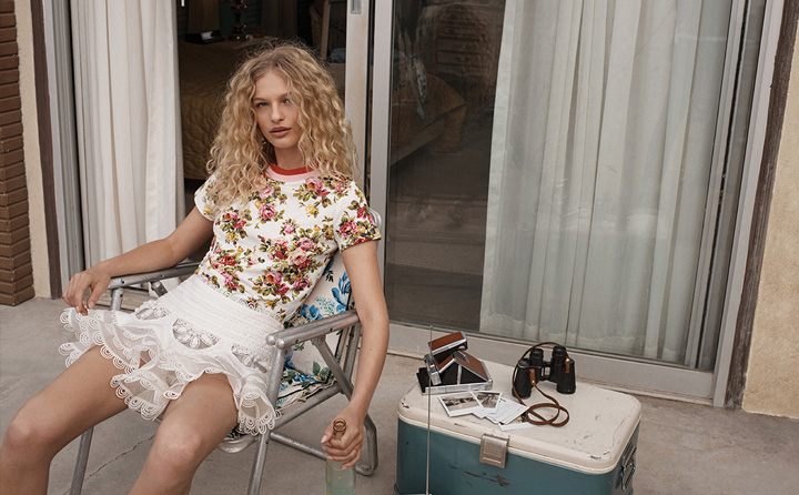 澳大利亚时尚品牌 Zimmermann 释出2018春夏系列广告大片,新季大片以「GoldenTime 黄金时代」为题,请来丹麦新晋超模 Frederikke Sofie 出镜代言,演绎美好的青春时刻,摄影师 Benny Horne 执镜。