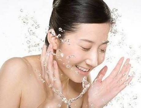 怎样护理脸上过敏脱皮 及时补充大量水分