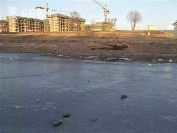 外卖员冰窟救3幼童 因大量呛水被送往医院救治