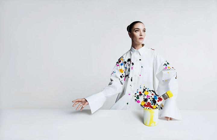 美国著名设计师品牌 Oscar de la Renta(奥斯卡·德拉伦塔)释出2018春夏系列广告大片,意大利超模 Mariacarla Boscono 再度出镜携手澳大利亚模特新秀 Duckie Thot 共同为品牌代言,时尚摄影师 Tim Walker 执镜。
