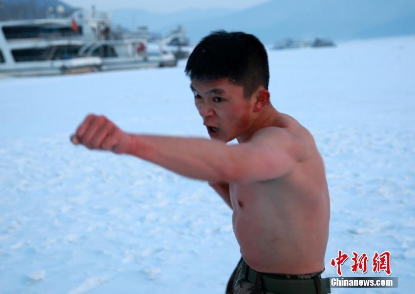 武警吉林省总队吉林支队执勤一大队第二中队的官兵在冰面进行抗寒训练。