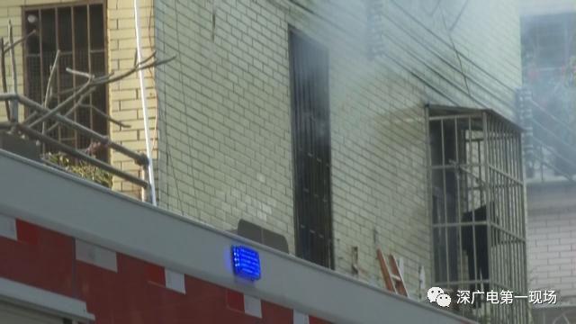 深圳一居民楼突然起火 外卖小哥飞奔救人