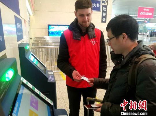 """外国留学生春运上岗 切身感受到了中国传统""""年文化"""""""