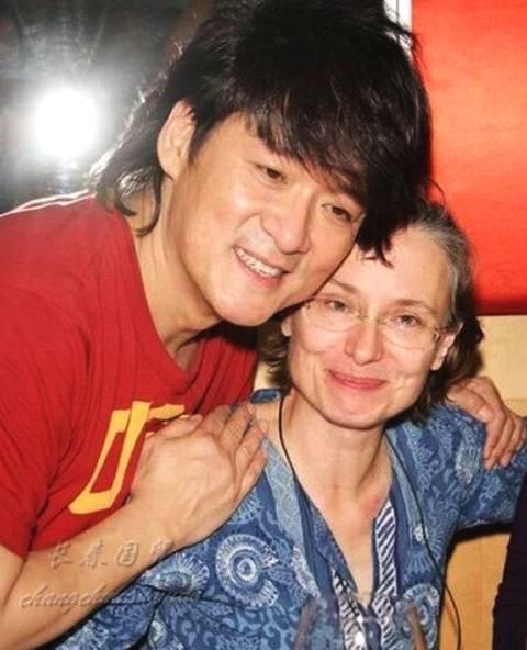 周华健58岁妻子曝光 两人结婚时连西服都说预支薪水买的