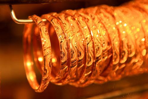 国际黄金高位震荡 晚间金价延续小跌
