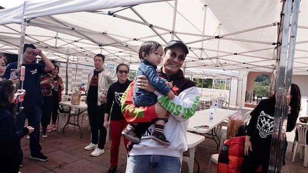 杜德伟56岁庆生 与1岁半儿子一起分享甜蜜礼物