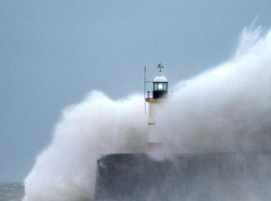 狂风巨浪袭英海岸 场面十分震撼